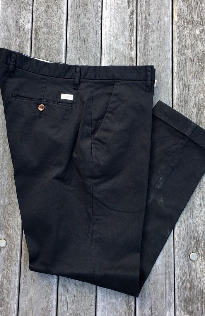 最終兵器。仕事やデート、少しかしこまった場所で使える男の黒パンツ!