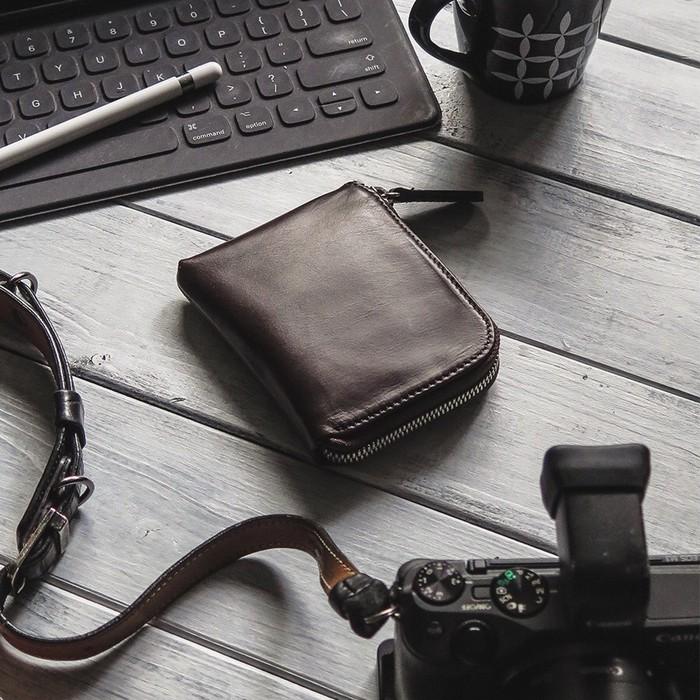 スリムにまとめるシンプルな財布。内側が機能的なL型ジッパーウォレットです