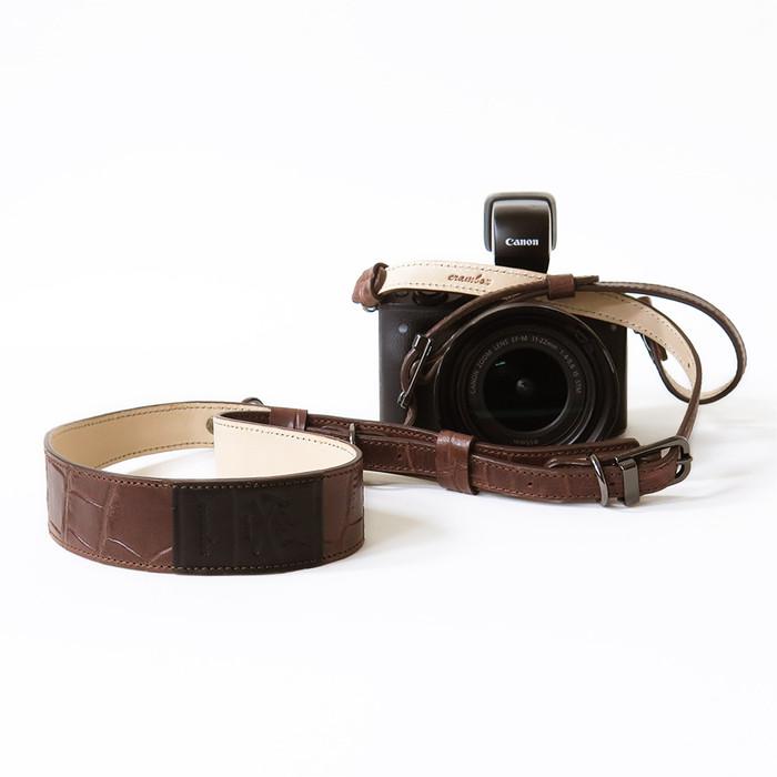 デザインと機能を持ち合わせた本革仕上げのカメラストラップ。2WAY使いができる本格派。