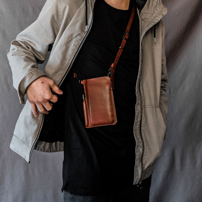 生活に欠かせないスマートフォンを身体に安心フィット。本革仕上げのポケットバッグ