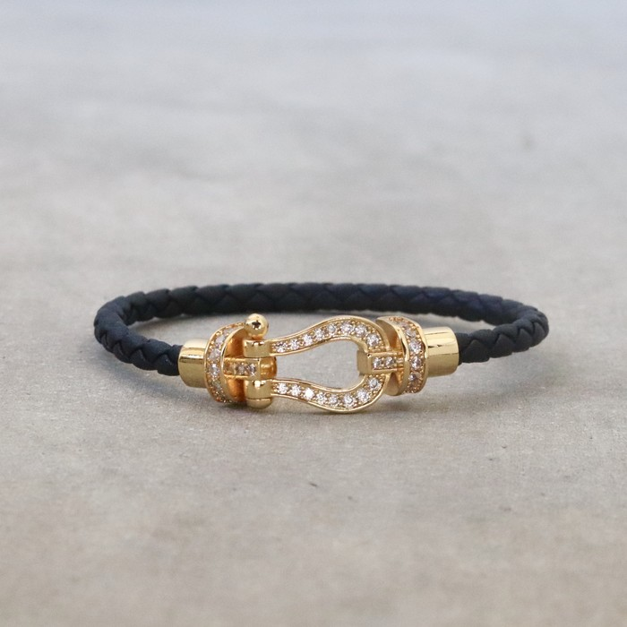 高級感のあるbracelet「horseshoe leather bangle」