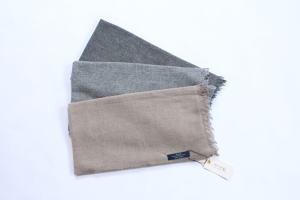カシミヤのしなやかさと軽さ、ウールの暖かさを併せ持つ。カシミアウール大判ストール