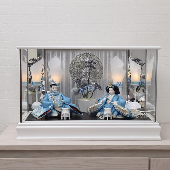 箱からガラスケースを出して飾るだけ、青い衣裳がオシャレでクールな親王飾り。