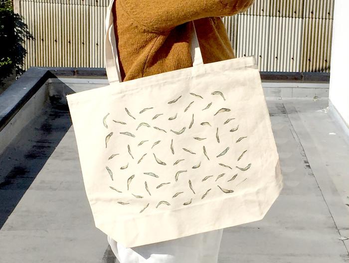 イラストレーターaotaによる、ユーモラスな『にぼし』のトートバッグ