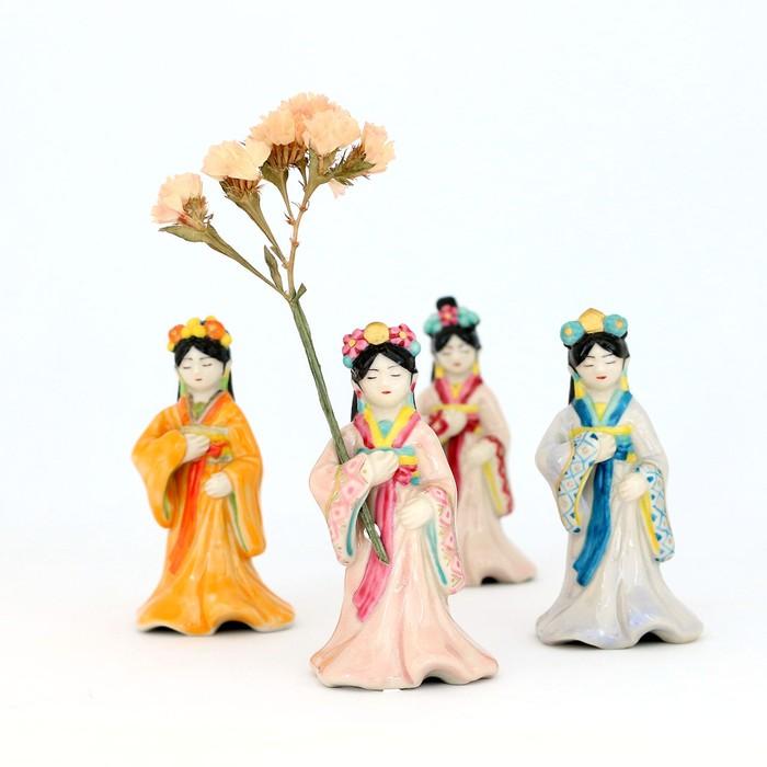【 花留 】麗しい衣装をまとった女性がそっとお花を抱えます
