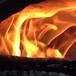 燃え上がる炭火の炎