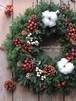 赤い実とコットンのクリスマスリース/直径28cm/プリザーブドグリーン/ドライ木の実/クリスマス飾り/クリスマスインテリア【届け日指定可能】