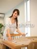 ダイニングテーブルで準備をする女性/人物写真素材(sayuri-240075)