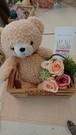 ナチュラルウッドボックスの中に可愛いクマとミニ花束バケツ