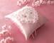 ハート形に桜の花を飾ったリングピロー