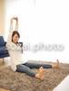 リビングでくつろぐ女性/人物写真素材(sayuri-240055)
