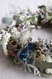 青い花と実物と葉のドライリース