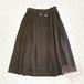 ボタン飾りミモレ丈スカート