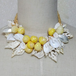 黄色い丸い貝のネックレス
