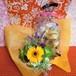 パープルのブリキの器にアレンジしガーベラのプリザーブドフラワーと野菜や果物を使った焼き菓子6袋のギフトセット