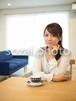 ダイニングテーブルで考える女性/人物写真素材(sayuri-240079)