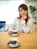 ダイニングテーブルで考える女性/人物写真素材(sayuri-240077)