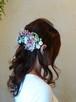 上品なベージュピンクの紫陽花とコロンと丸いマムのヘアーパーツ