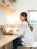 パソコンを操作する女性 /人物写真素材(sayuri-240134)