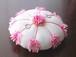 ピンクの花を飾った花丸形の和風リングピロー