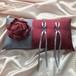 布花を飾ったボルドーとグレーのリングピロー