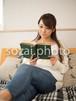 本を読む女性/人物写真素材(sayuri-240100)