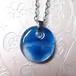 青いガラスのペンダント