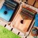 カリンバ 17キー Kalimba 17 keys 親指ピアノ 【天然木材】高品質なマホガニー ブルー メヘンディ柄 ヘンプ巾着バッグ付き