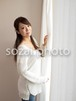 窓際の女性/人物写真素材(sayuri-240116)