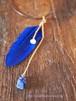青い羽根とラピスラズリの革紐ネックレス