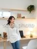 どこかを眺める女性 /人物写真素材(sayuri-240142)