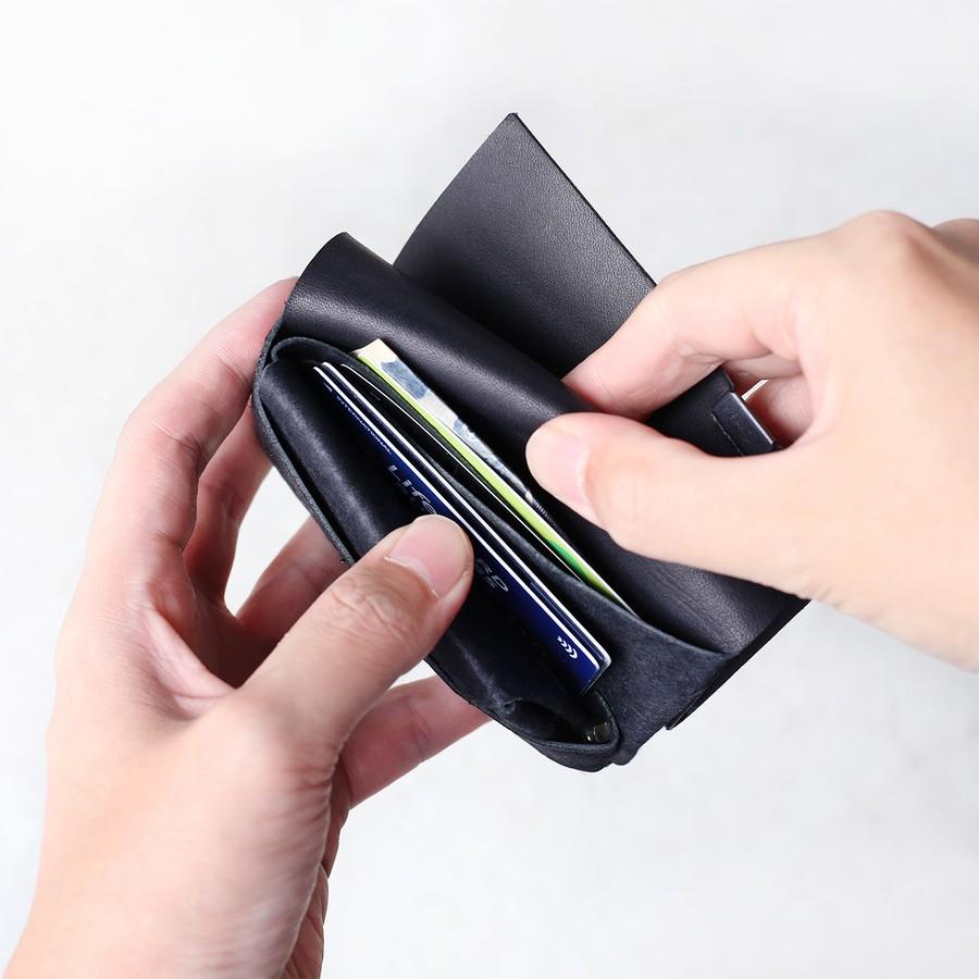 定期入れ兼、ミニ財布としておすすめ。(お札を二つ折りにして収納できます)