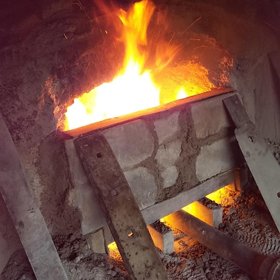 窯に火を入れて炭化していきます
