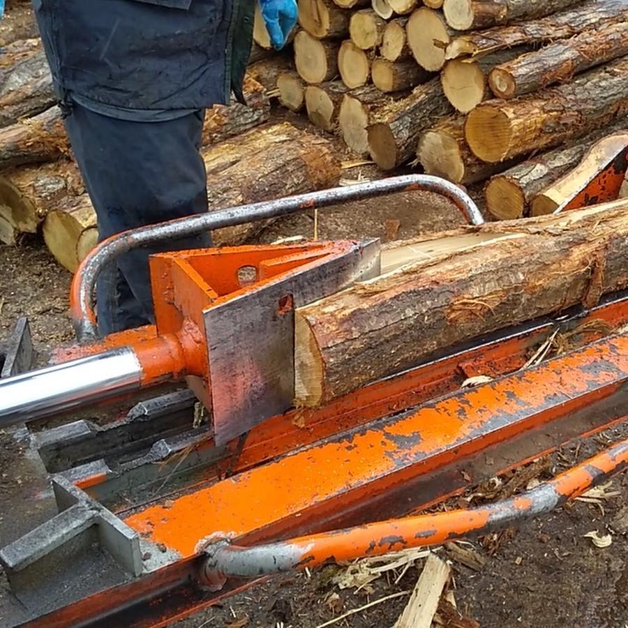 原木の木割り作業