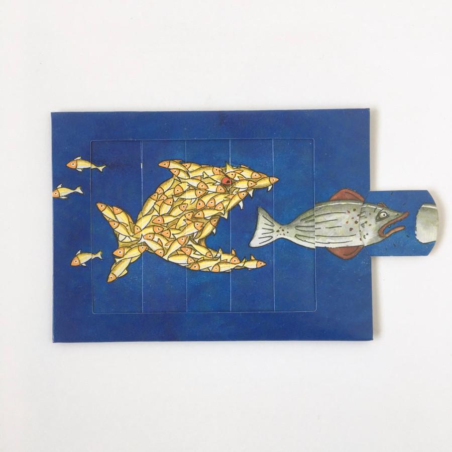 小さな魚が集まってもっと大きな魚になり、さっきの大きな魚は逃げていきます。