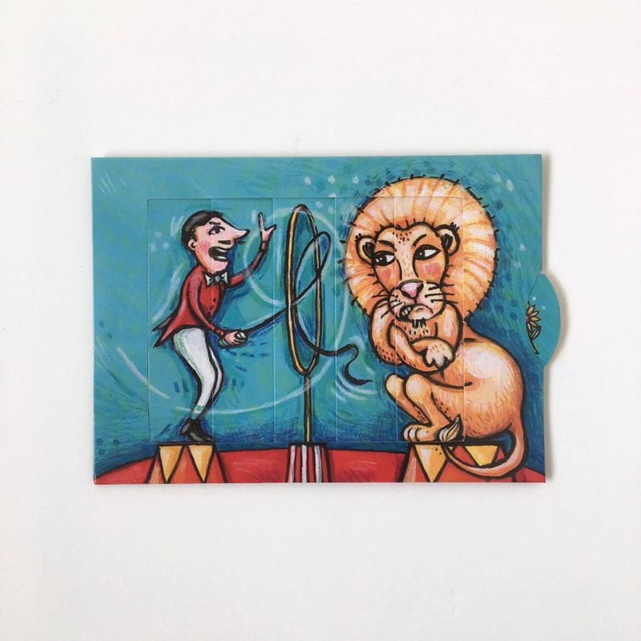サーカスの猛獣使いとライオンが険悪なムードです。 ところが、カードをスライドさせると…