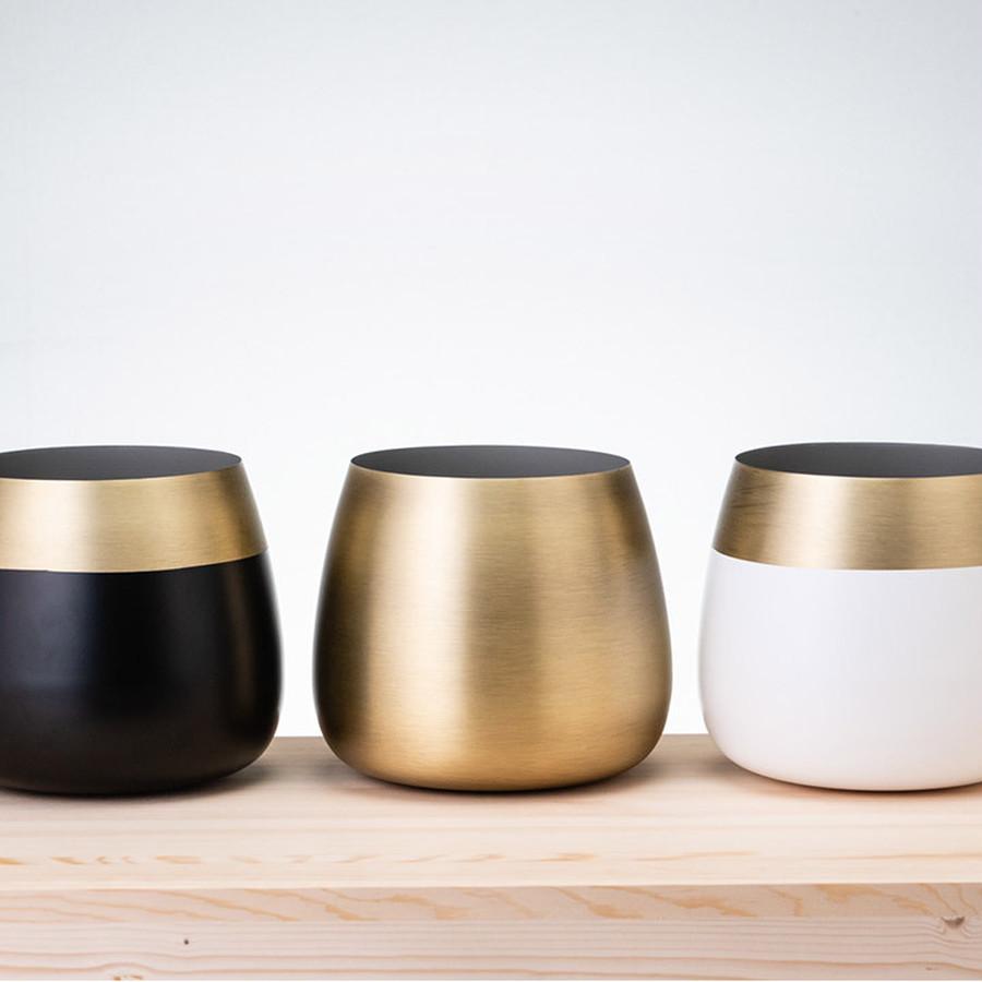 白や黒のベース×真鍮の魅せられる配色バランスを追求して、高級感あふれるデザインに。