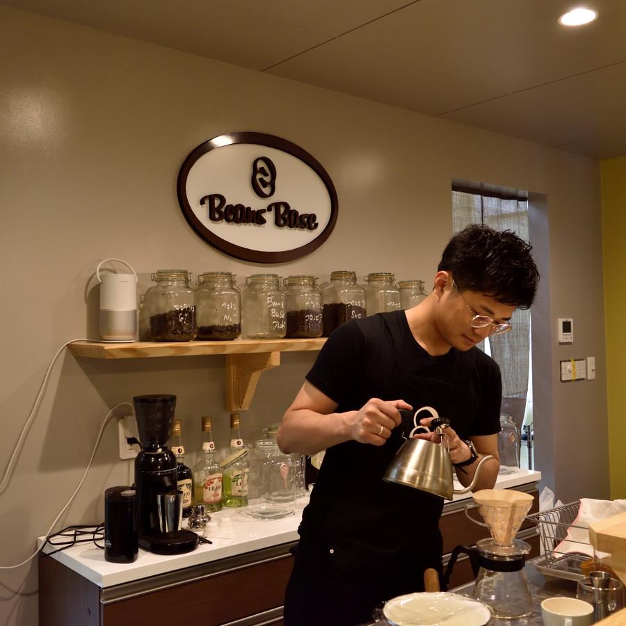 BeansBase店舗内でのコーヒー抽出の様子