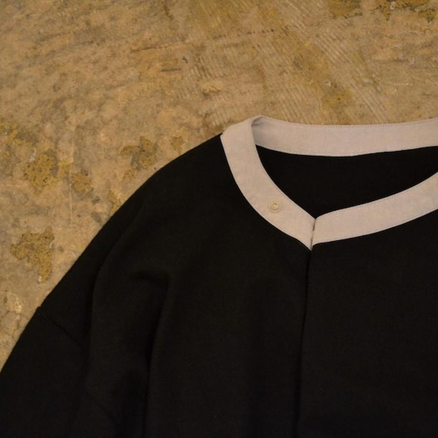 身幅が大きく設定されていますが、首元のスナップボタンで身幅をつまんだように畳むことが可能。