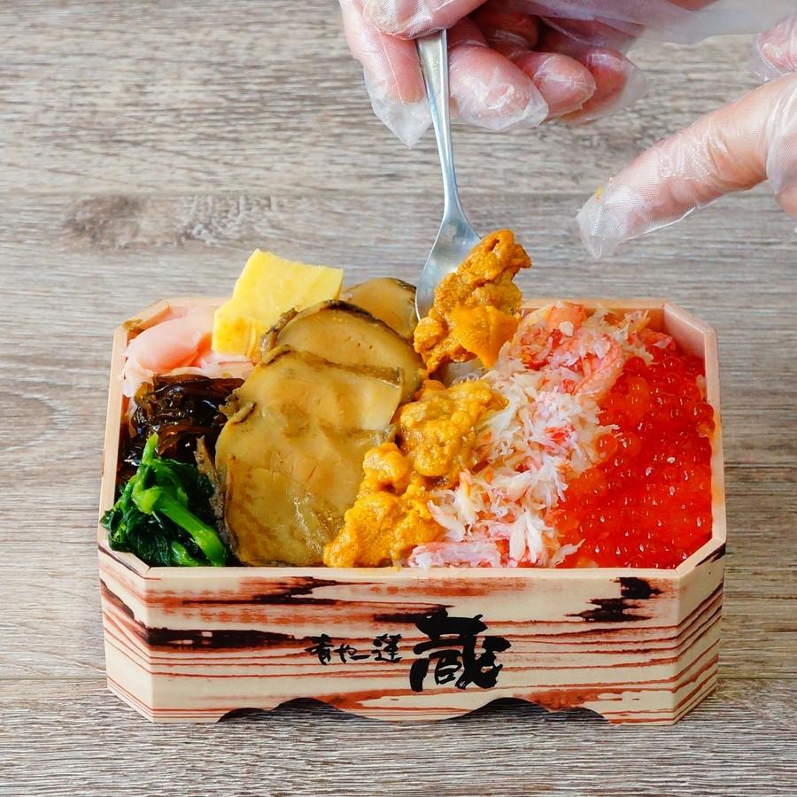 「蝦夷あわび三色盛弁当」の海鮮を盛り付け完成!!