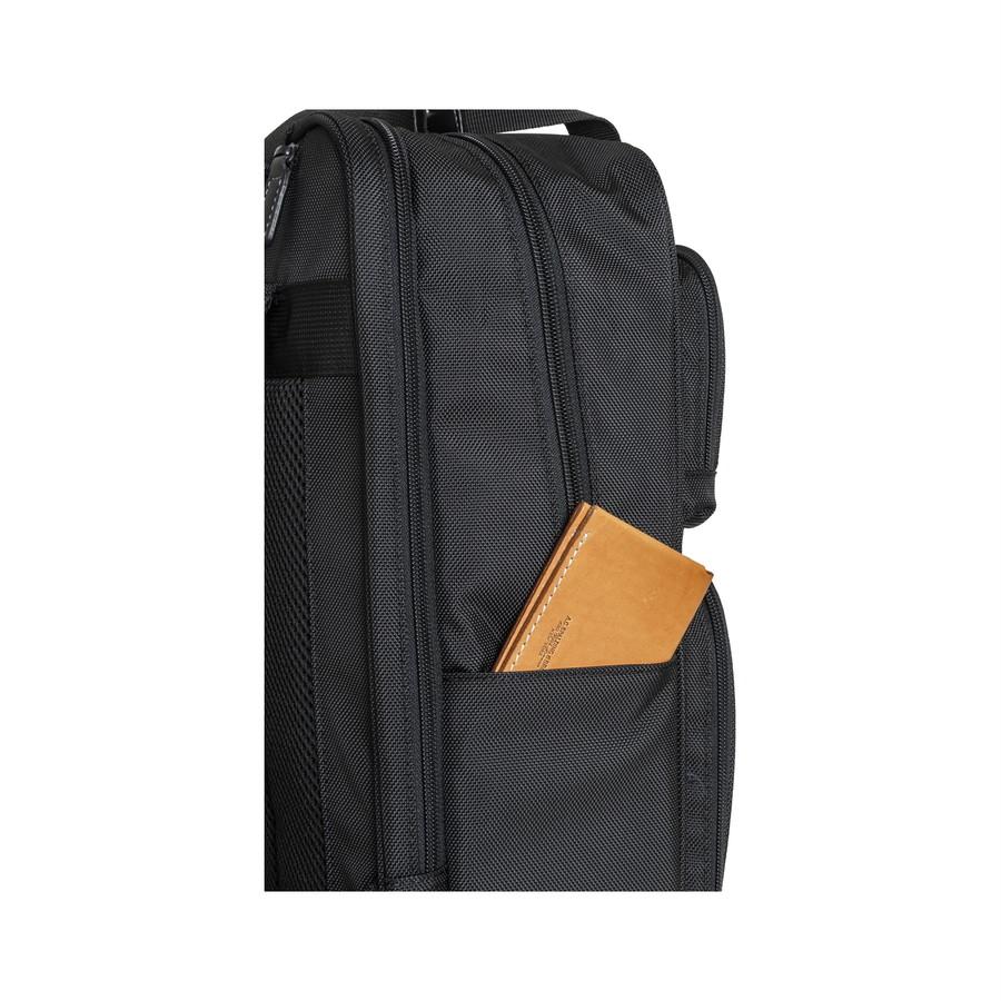 パスケースを収納できるサイドポケット