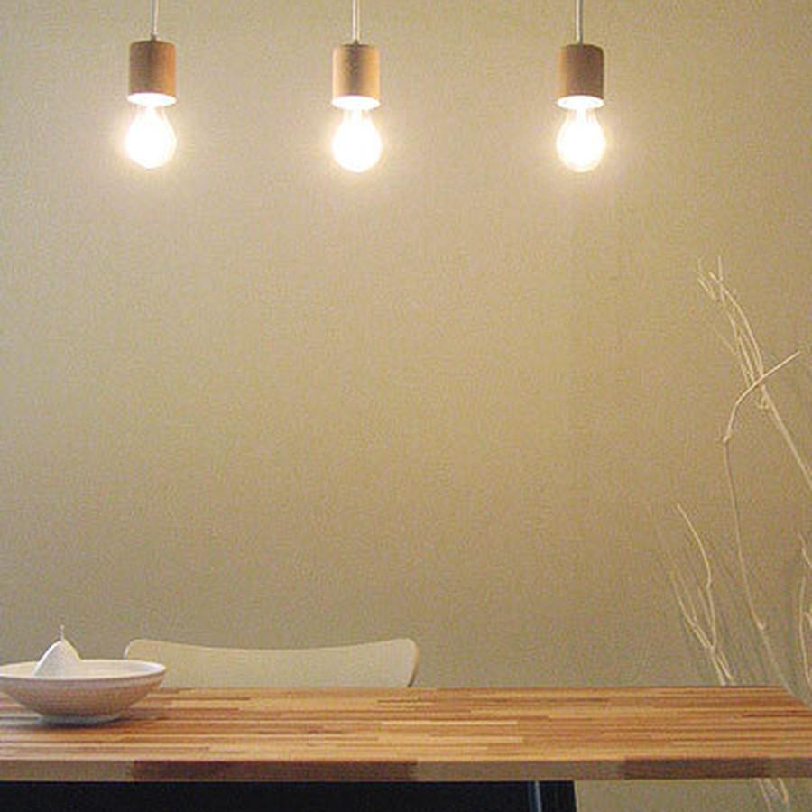 レールに2〜3個並べて点灯すると、カフェのような雰囲気に。ダイニングに並べて点灯するのもおすすめ。