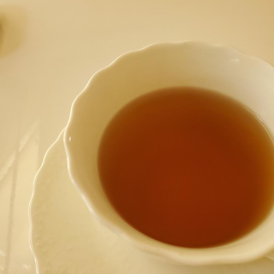 見た目を裏切られる味。モリンガの青い香りにシナモンのコク。全然紅茶とは違います。かなりイケます。