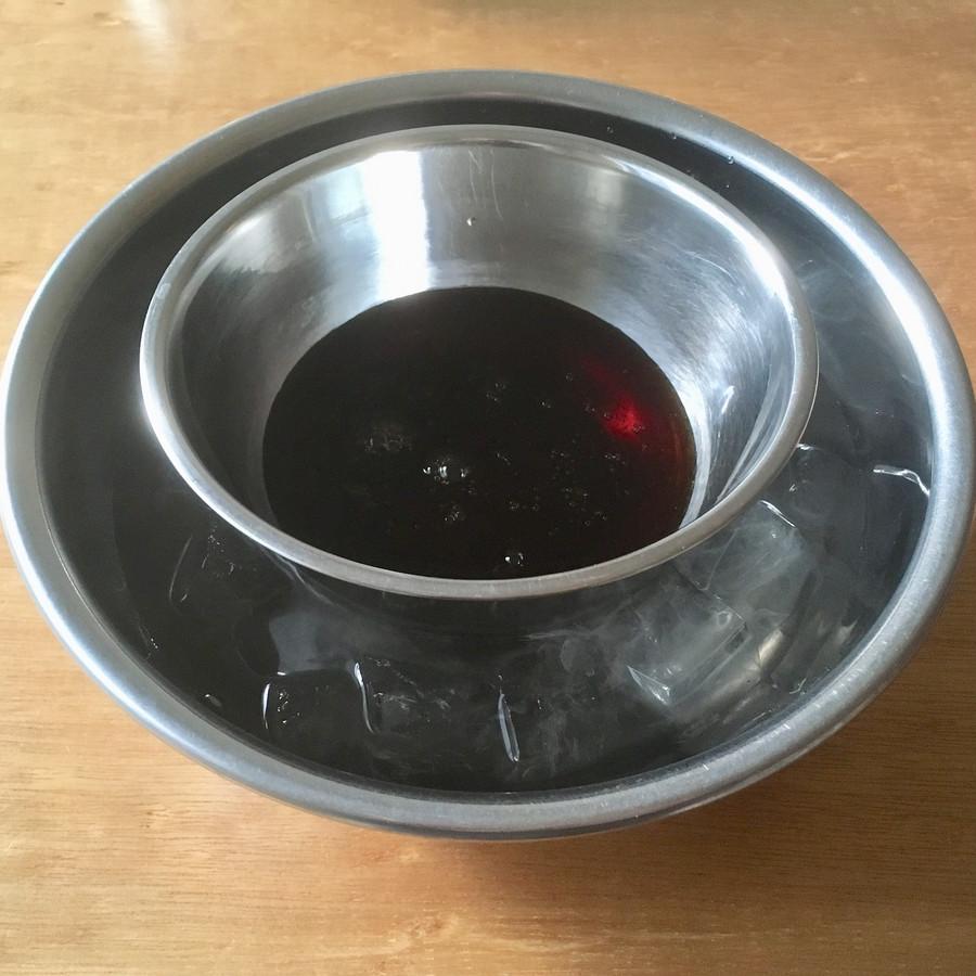 ❺ ボールに開けて、氷水で冷やす。ある程度冷えたらタッパーや容器に流して冷蔵庫で冷やし固める。