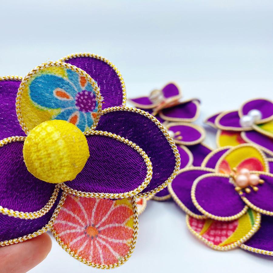 お花の後ろに紐などを通せる穴がついているので、ご自身のお好みの使用方法をお試しください!