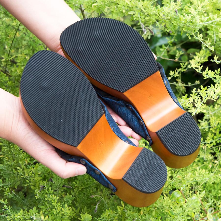 靴底は、滑りにくく耐久性に優れている合成ゴムを使用しています。
