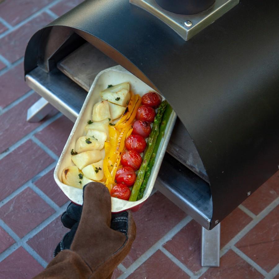 薪窯オーブンとして肉や野菜のグリルなど幅広い調理ができる