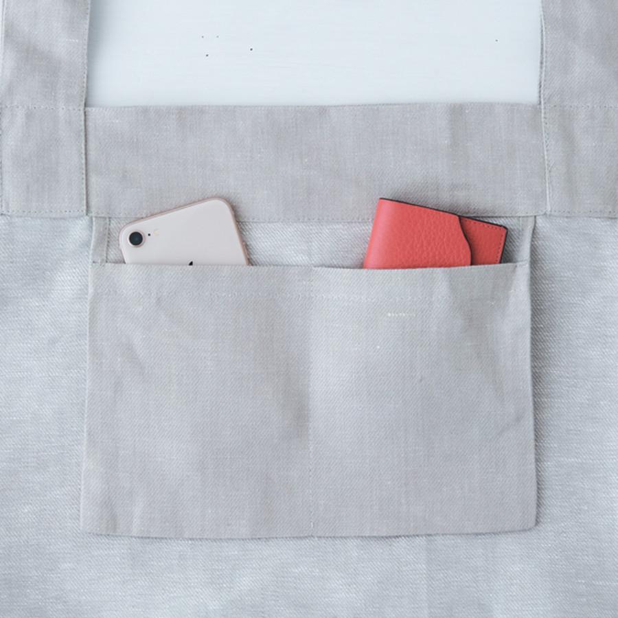 23㎝幅のポケット中央を縫い、2ポケットに。携帯やカードケースの収納に