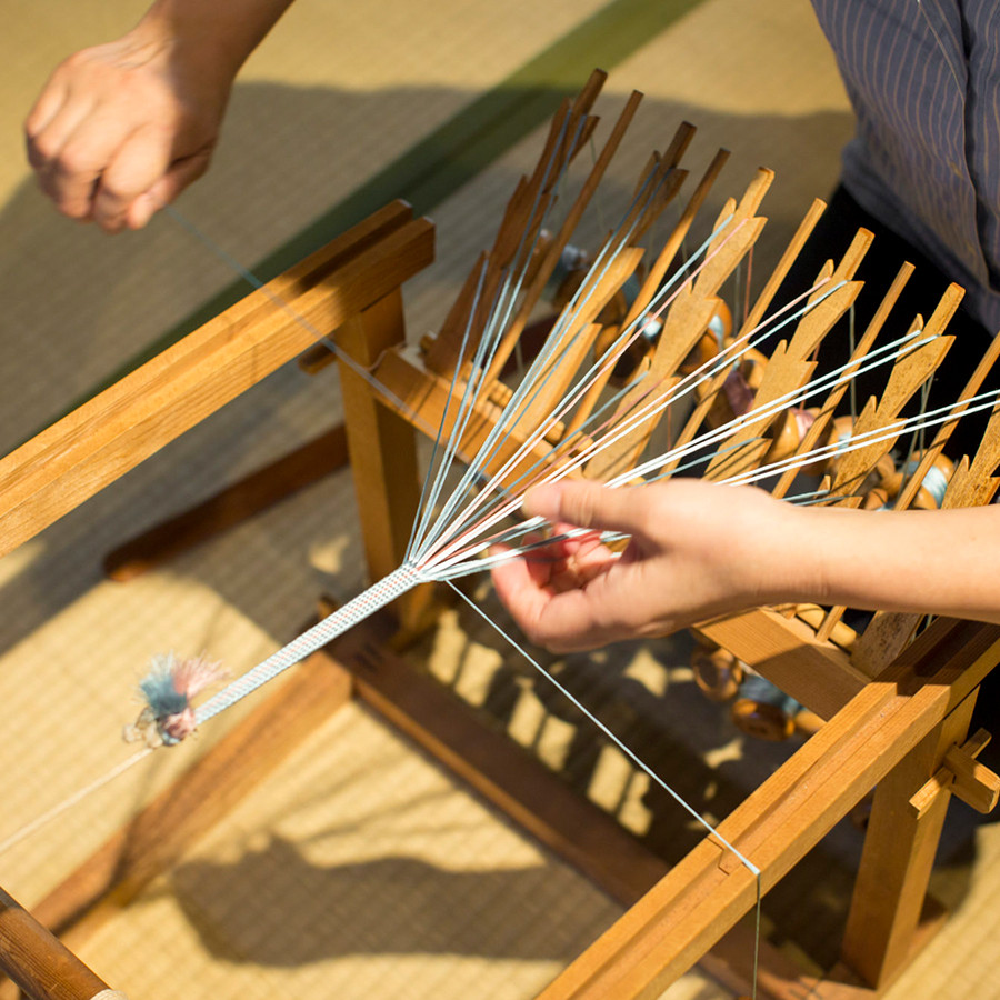 綾竹台、帯締めや羽織紐など平たい組紐を組むときに使われます、
