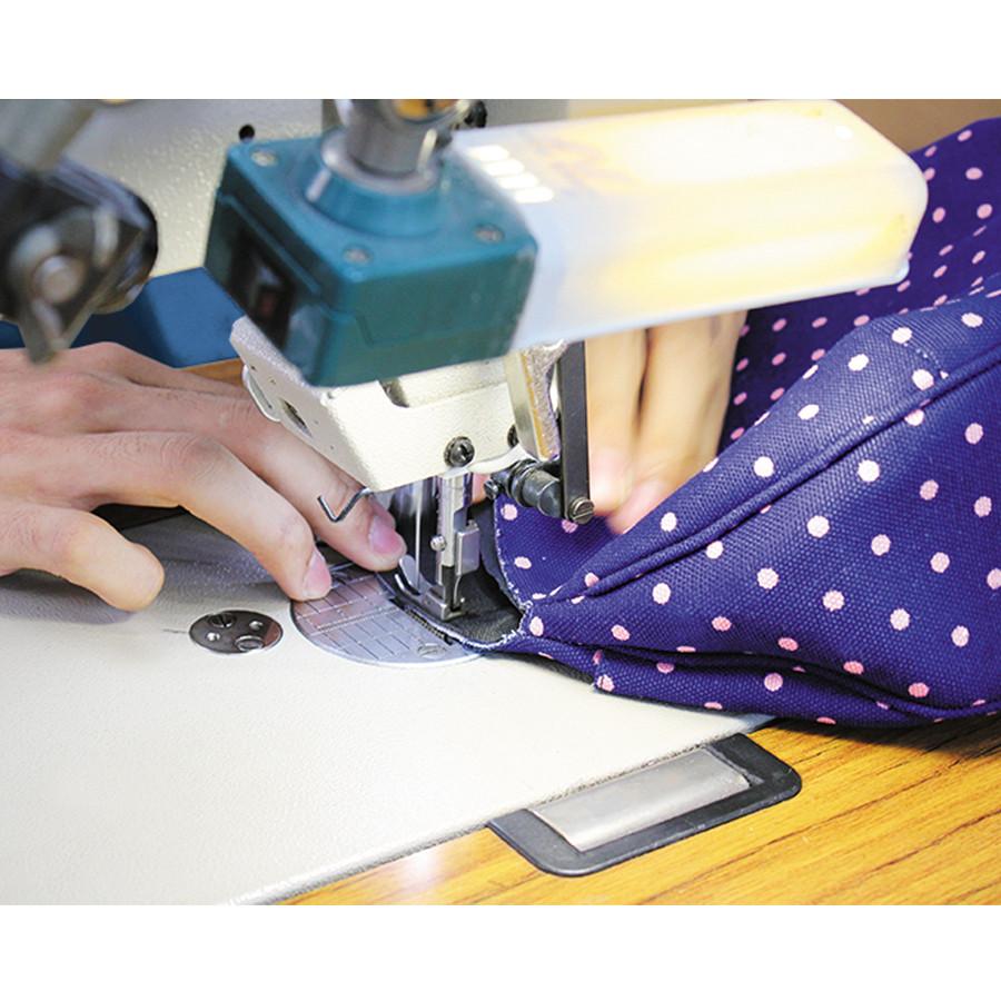 パイピング部分の縫製風景、非常に手がかかる部分です